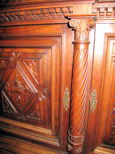 This picture shows the door and column detail.